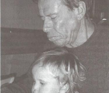 Eindredacteur Jaap en zijn oudste kleindochter Laura, toen 2 jaar oud