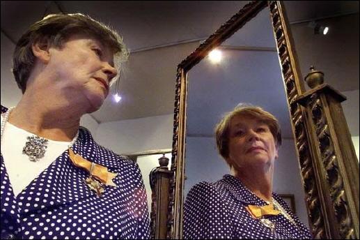 Theresia Vreugdenhil-Werdler (D IX k) is ter gelegenheid van haar 70ste verjaardag op 18 augustus 1999 te Amsterdam door koningin Beatrix onderscheiden met het Erekruis in de Huisorde van Oranje. Zoals bekend -in het oktobernummer 1996 van de Vreugdeschakel besteedden wij ruimschoots aandacht aan haar persoon en haar werk- is Theresia Vreugdenhil al meer dan 35 jaar de couturière van onze Koningin.