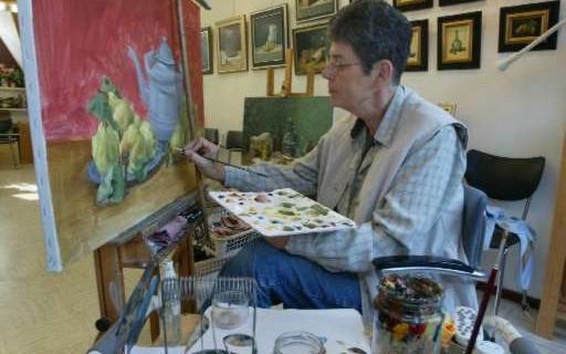 Pita Vreugdenhil penseelt met grote precieze stillevens.