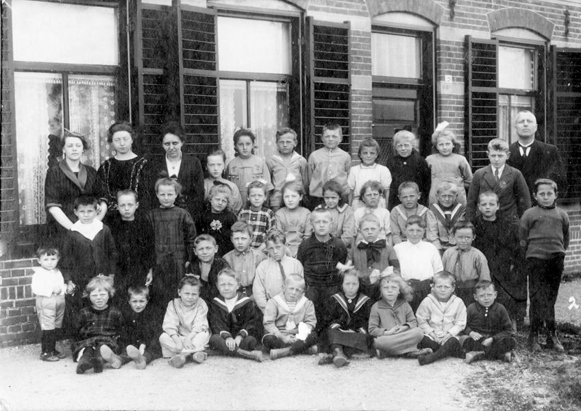 Sophia Vreugdenhil (O IX c.2) Christelijke_School_Vijfhuizen_1923_Klas_2 Christelijke School Vijfhuizen 1923 Klas 2 met vlnr:   ACHTER: 1: Juf , 2: Juf , 3: Juf A E Willemse, 4: , 5: , 6: , 7: , 8: , 9: Sophia Vreugdenhil Cdr. (geb. 16-04-1913, trouwde later met Pieter Matthijs Strijbis)