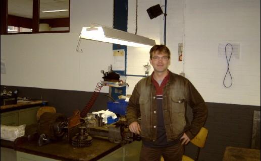 Robert is trots op zijn werk, en dat is ook te zien op de foto hierboven waar hij op zijn werkplaats is gefotografeerd.