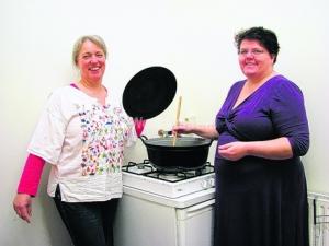 Met hun hobby kokkerellen willen Iris Deckers en Ellen Vreugdenhil vele gezinnen helpen. Ze koken pasta's, oosters, vegetarisch, Hollandse pot en andere lekkernijen. Foto: Mariska Oegema